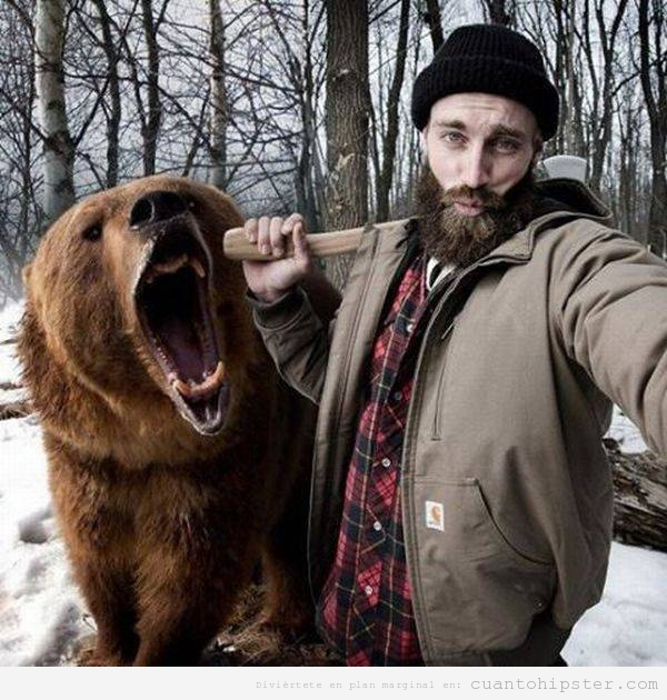 Foto hipster WTF leñador con oso disecado