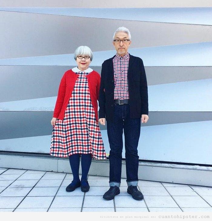 Foto pareja de abuelos japonesa hipster que visten a juego