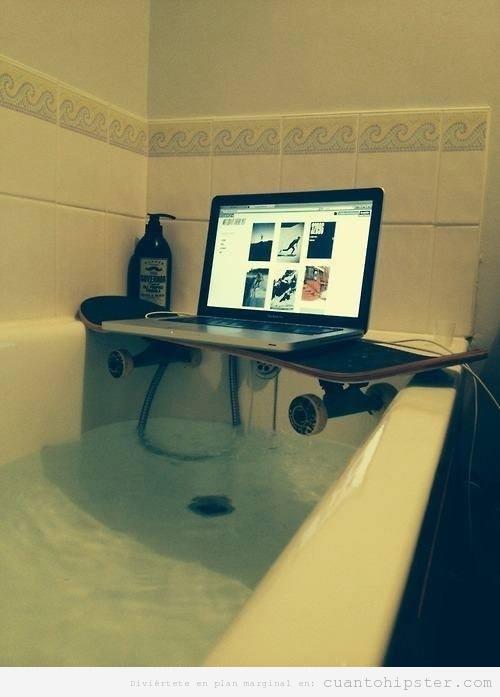 Mac en la ducha sobre skate